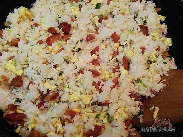 烏魚子炒飯08-下烏魚子飯拌炒