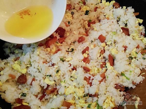 烏魚子炒飯09-下烏魚子油增加味道