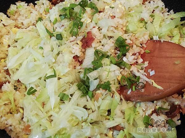 烏魚子炒飯11-下美西生菜與蒜綠花拌炒
