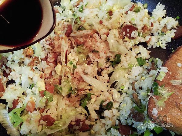 烏魚子炒飯12-留部份炒飯用些許醬油拌炒