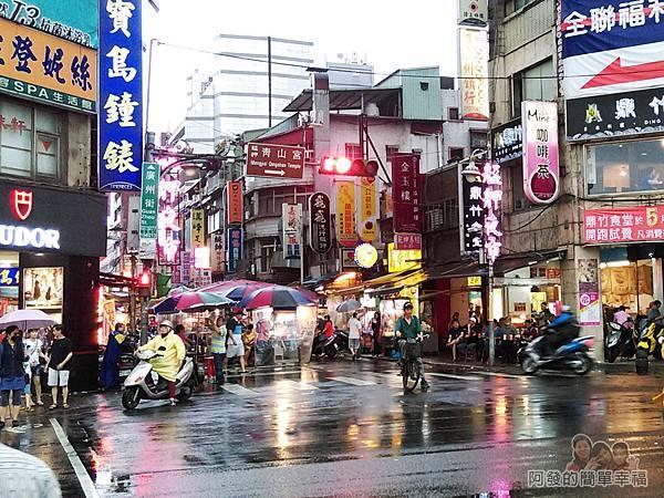艋舺夜市-二十年老店蚵仔煎01-龍山寺旁入口處