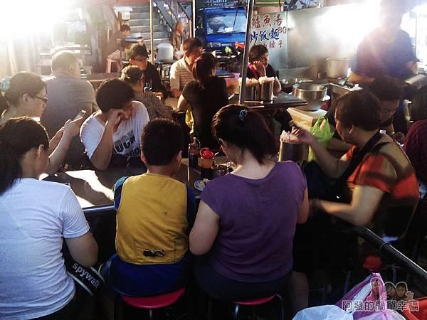 艋舺夜市-二十年老店蚵仔煎05-還在準備中就坐滿了顧客