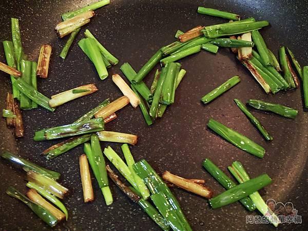 蔥炒豬肝10-炒蔥綠下爆過的蔥白