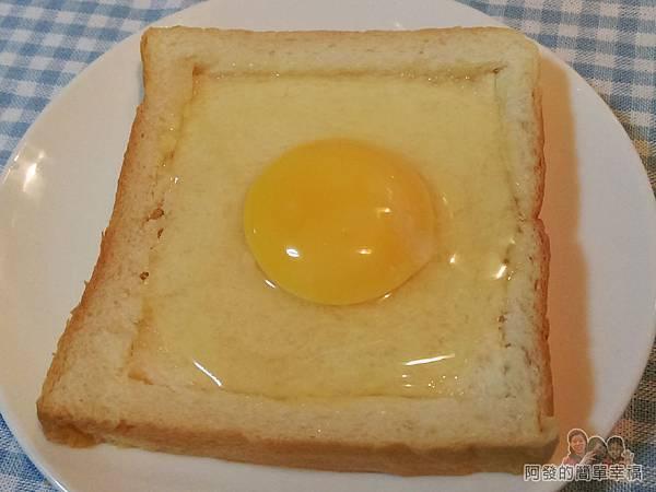 烤元氣日見乳酪厚片05-打個雞蛋在上面