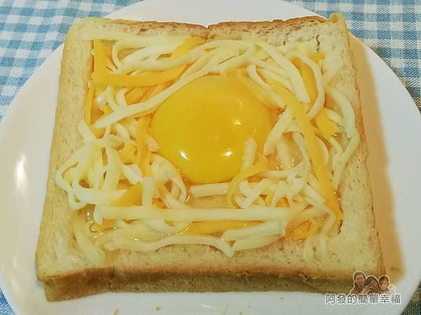 烤元氣日見乳酪厚片06-灑上乳酪絲