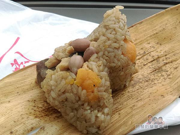 劉家肉粽22-蛋黃粽打開粽葉後的外觀