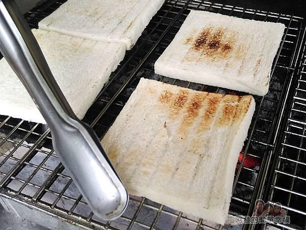 熊夯碳烤05-碳火爐上的吐司