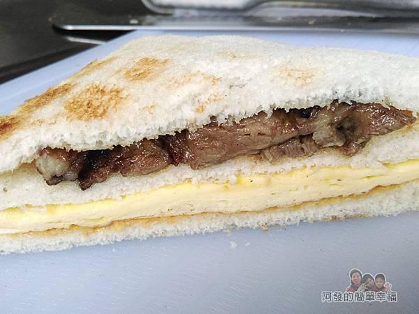 熊夯碳烤08-製作中的三明治