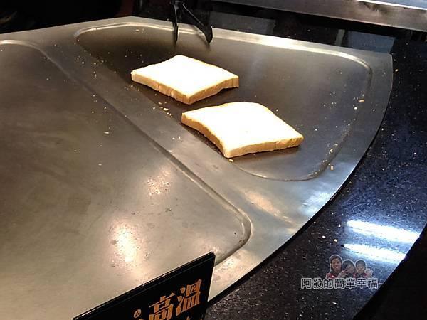 扶旺號鐵板土司07-煎檯上的土司