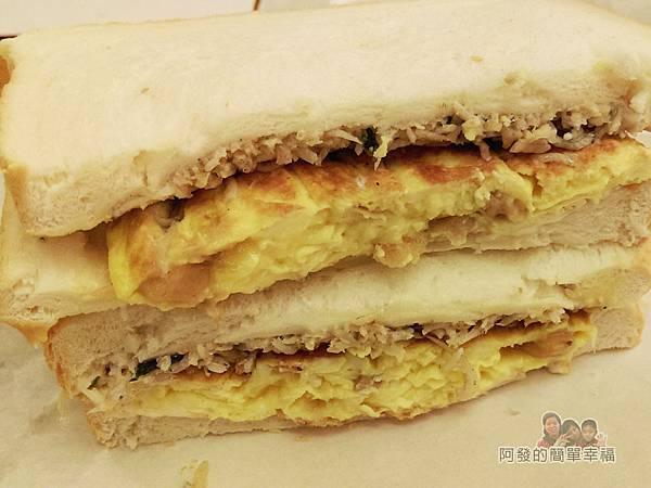 扶旺號鐵板土司22-菜圃蛋魚剖面