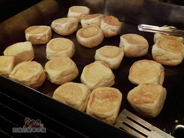小惡魔炭燒牛排08-煎檯上的餐包