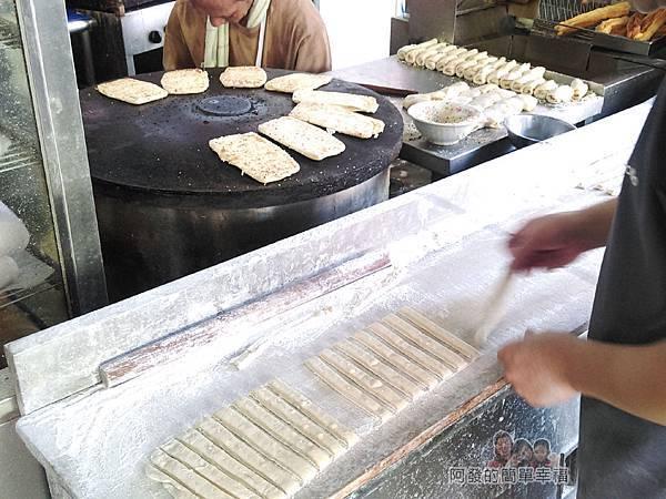 新莊-永和豆漿大王03-桿麵糰製油條
