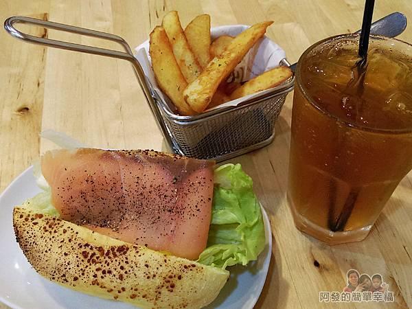 向陽晨間飲食館21-6月的創意早餐-煙燻鮭魚起司堡套餐