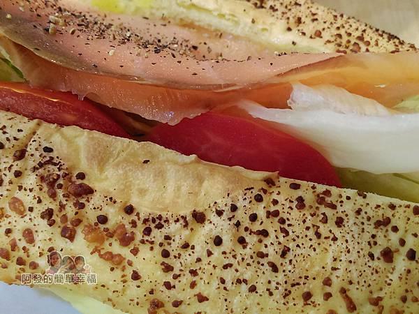 向陽晨間飲食館23-6月的創意早餐-煙燻鮭魚起司堡左側