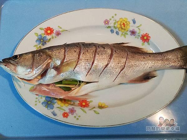 清蒸梅子鱸魚05-抹米酒鹽魚腹入蔥薑