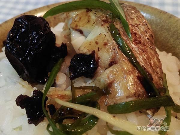 清蒸梅子鱸魚13-搭上白飯特寫