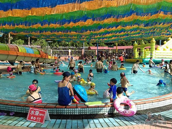 前港游泳池08-兒童池及滑水道-泳池上方有遮陽設施