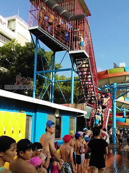 前港游泳池10-滑水道排隊的人潮