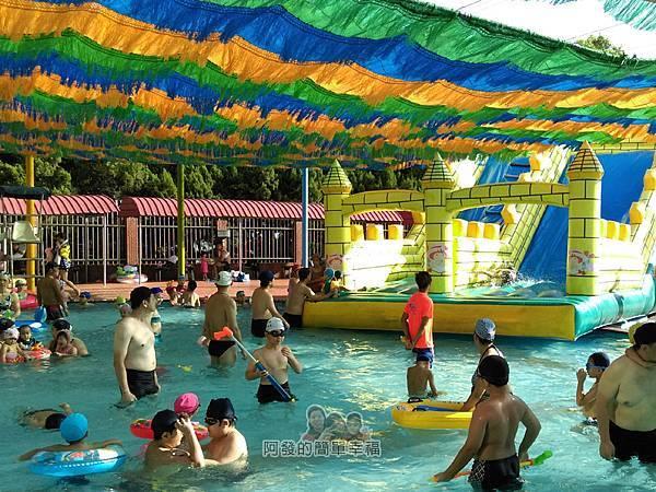 前港游泳池11-兒童池旁的大型充氣式溜滑梯