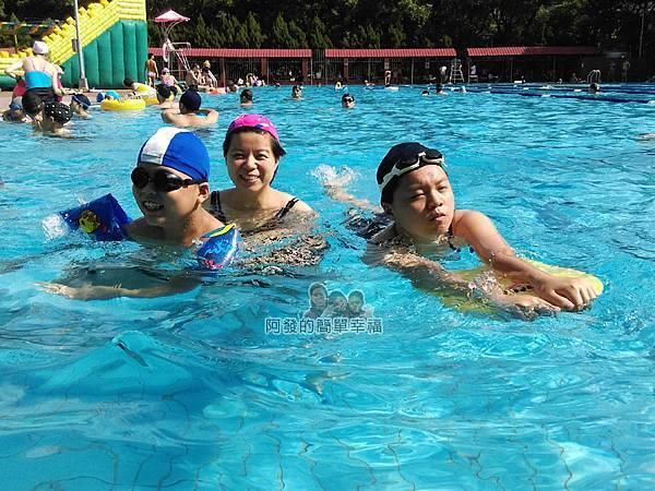 前港游泳池17-室外泳池練習中的兒女