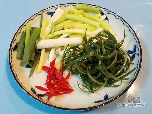 豆鼓蒸吳郭魚02-切蔥段蔥絲辣椒片