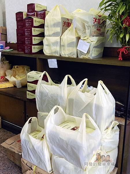 洪瑞珍三明治專賣店05-一旁堆滿訂購者的盒裝三明治