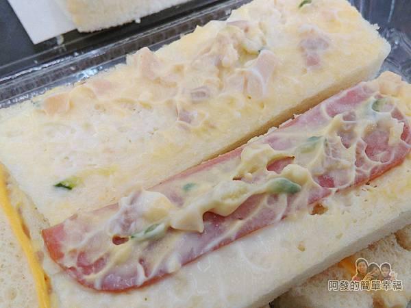 洪瑞珍三明治專賣店24-蛋沙拉三明治剖面