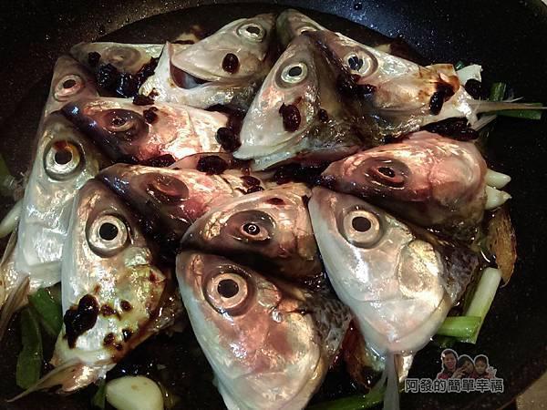 紅燒豆鼓虱目魚頭07-將魚頭攤平鋪上淋上米酒清水豆鼓滾煮