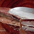 日式照燒秋刀魚04-片下腹部整片魚刺