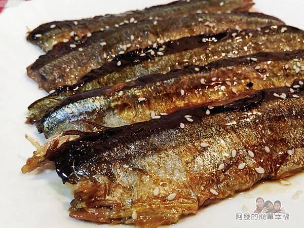 日式照燒秋刀魚11-擺盤灑上芝麻完成