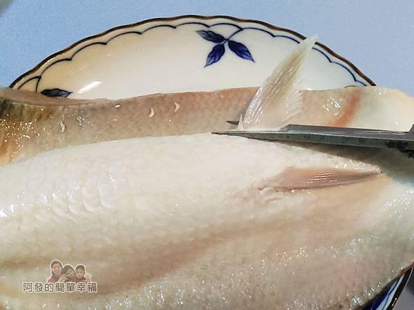 香煎虱目魚肚03-剪去魚鰭