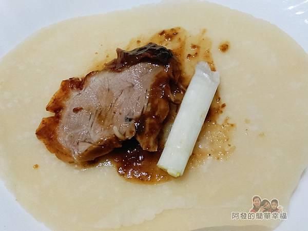 香之味烤鴨11-用餅皮包覆鴨肉片