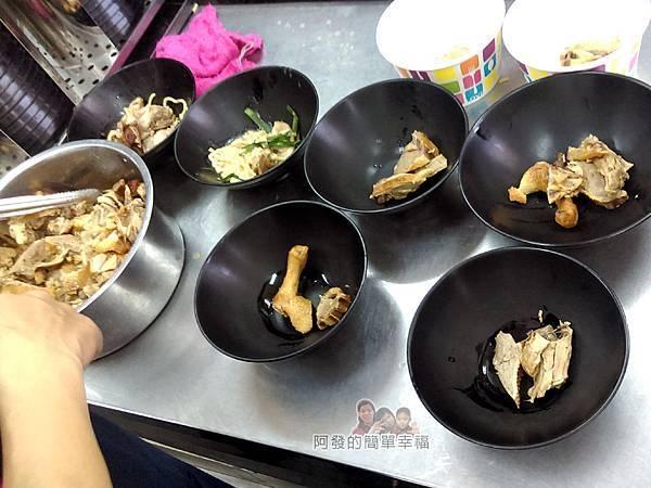 鴨肉許二姐店06-工作檯待盛碗的鴨肉麵