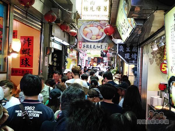 金枝紅糟肉圓02-每逢假日老街上滿滿的人潮