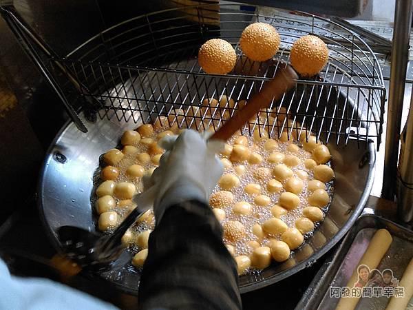 QQ蛋芝麻球06-起鍋前一粒粒擠壓逼出炸油