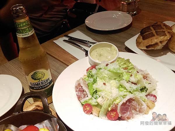 BAKERY49-23-經典凱薩沙拉與啤酒
