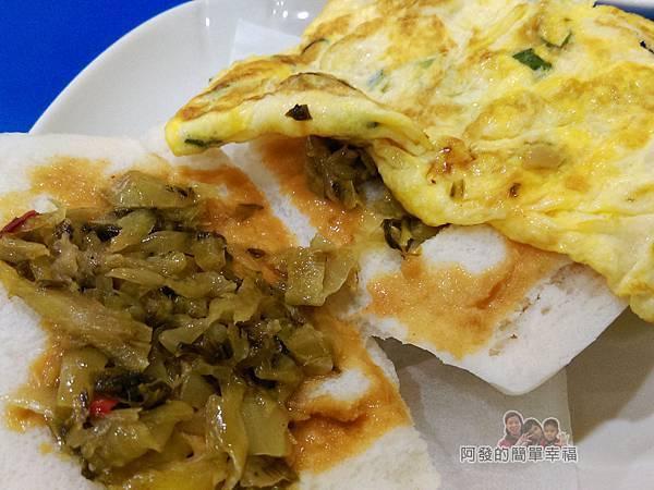 2個蛋早餐13-饅頭夾蛋-塗抹花生醬放上酸菜