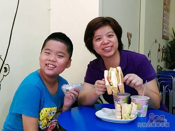 兩個蛋早餐24-開心的母子