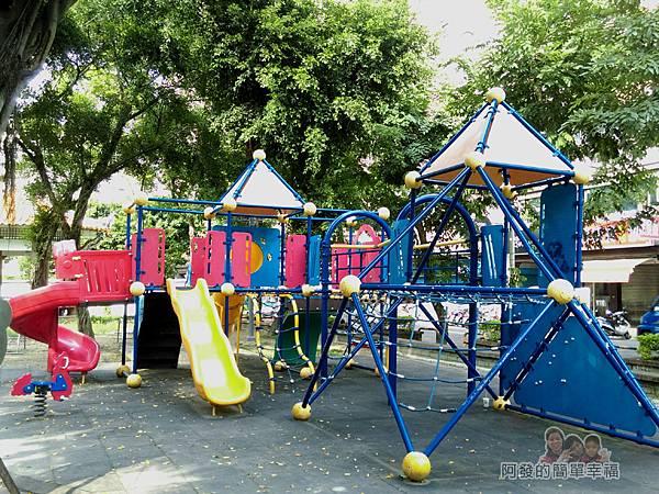 溪北公園扇貝殼溜滑梯20-靠篤行路二段131巷與金門街端的兒童遊戲區與正常版溜滑梯