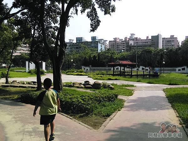 溪北公園扇貝殼溜滑梯04-公園一側為古中國風的庭園造景
