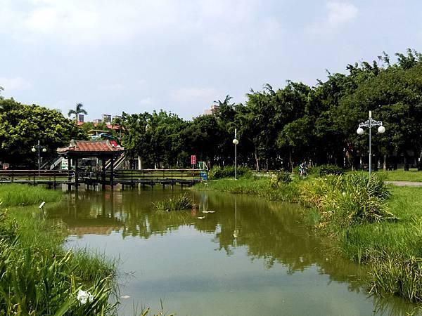溪北公園扇貝殼溜滑梯06-池中古中國風涼亭