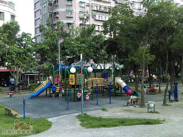 溪北公園扇貝殼溜滑梯12-靠溪北路與金門街端的兒童遊戲區與正常版溜滑梯