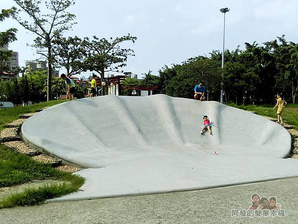 溪北公園扇貝殼溜滑梯15-每個小朋友可玩得很開心