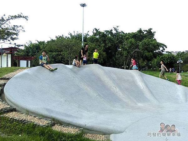 溪北公園扇貝殼溜滑梯16-家長們十之八九都會拍照留念