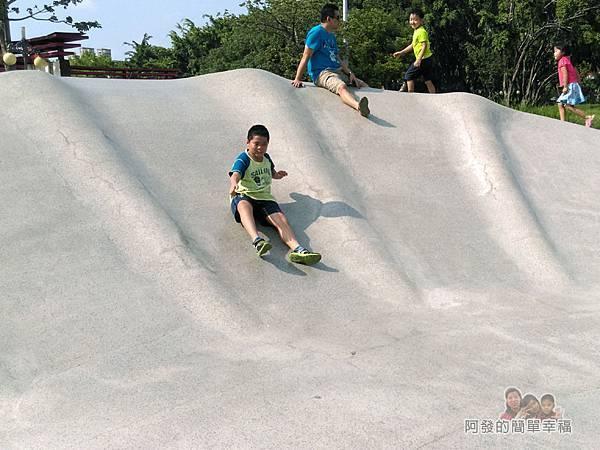 溪北公園扇貝殼溜滑梯17-開心的兒子