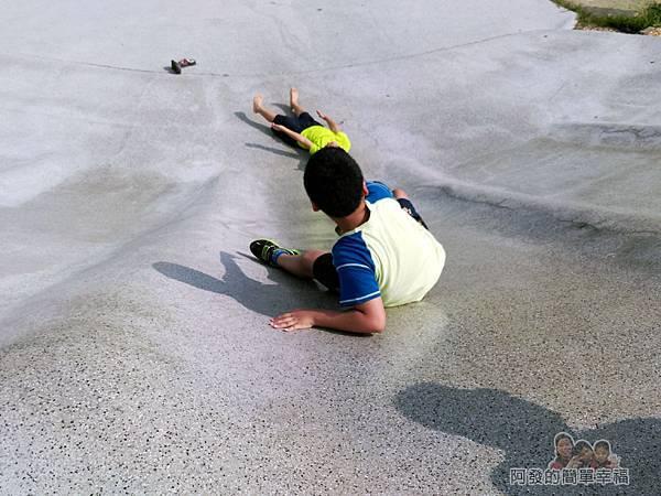 溪北公園扇貝殼溜滑梯18-滑梯長度雖不長,但滑速頗快