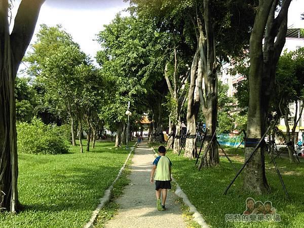 溪北公園扇貝殼溜滑梯19-靠金門街側的綠蔭步道