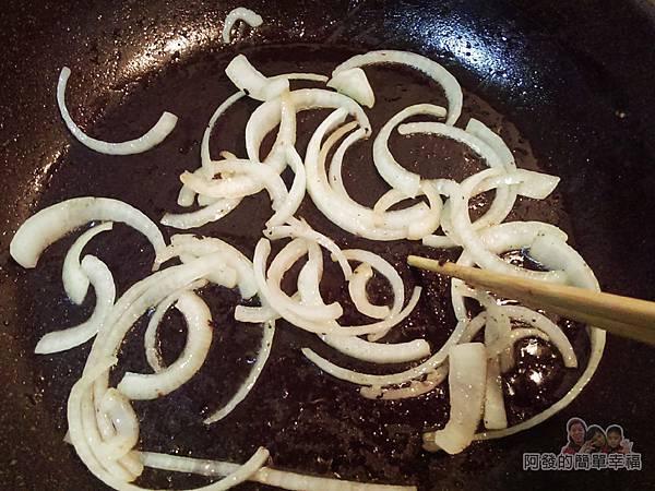 煎滷洋蔥豬排飯07-利用鍋中餘油炒洋蔥絲