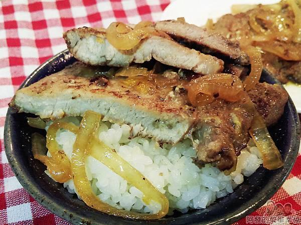 煎滷洋蔥豬排飯14-洋蔥豬排搭白飯特寫