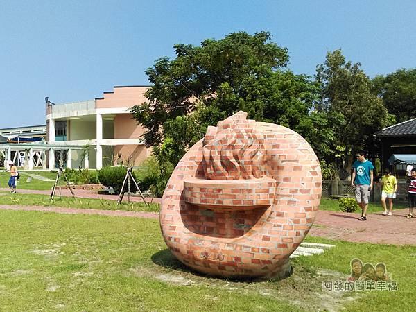 山腳國小08-操場旁的磚雕造型聖火
